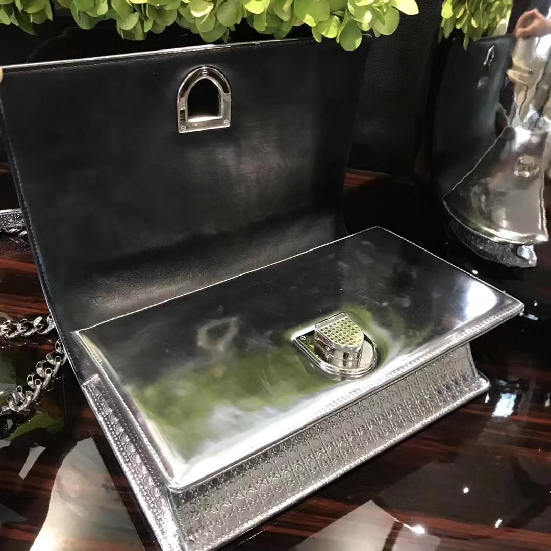 Dior 迪奥 销量主力军 腾格纹金属银小手提包 DIORAMA