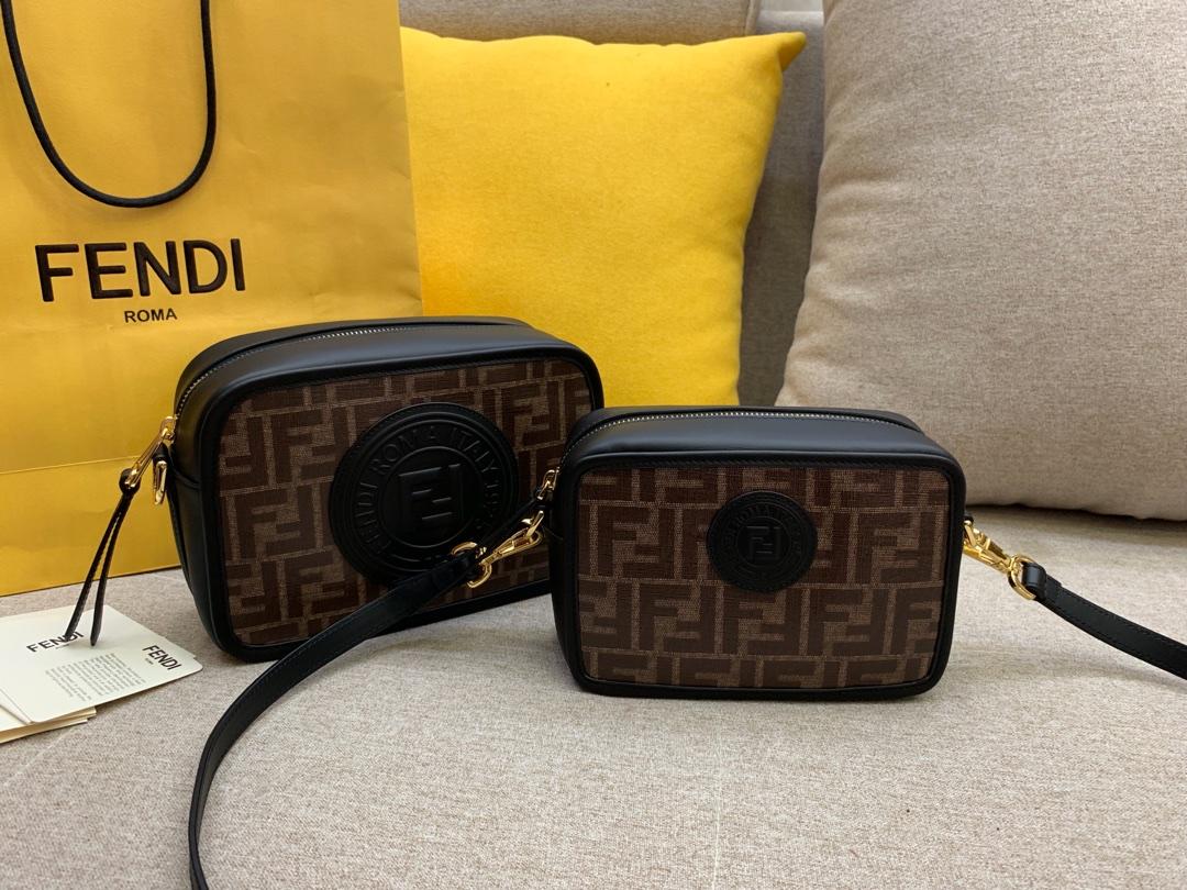 FENDI 芬迪现货 最新相机包 可拆卸的斜背肩带缀有新款F标志 18x13x7cm 8856