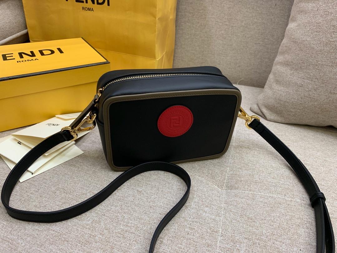 FENDI现货 最新相机包 可拆卸的斜背肩带缀有新款F标志拉链开合 18*13*7cm 8856