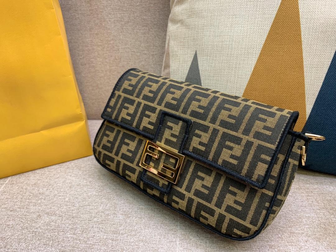 Baguette 经典包款 布料材质 饰有提花FF图案 黑色刺绣边缘