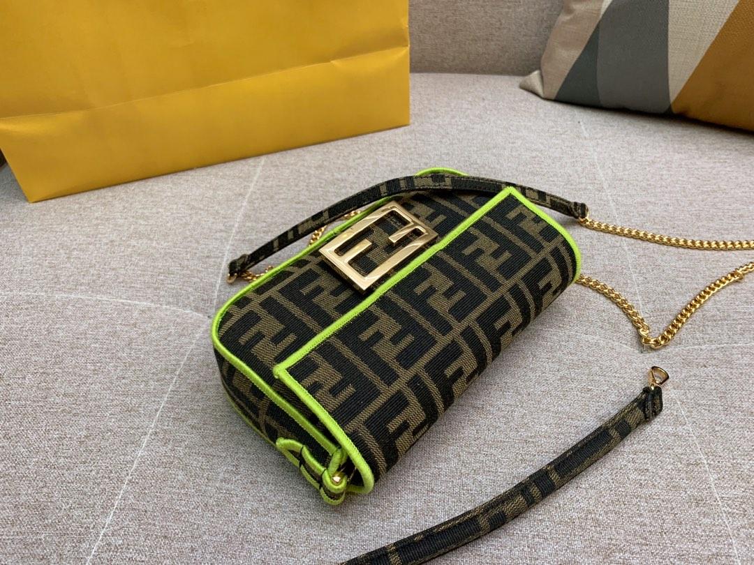 Baguette 经典包款 布料材质 饰有提花FF图案 绿色刺绣边缘 小号 19cm