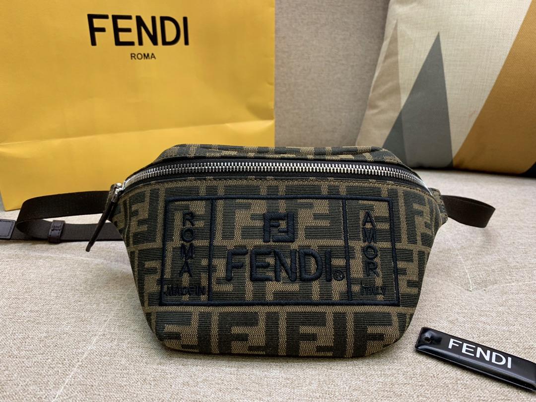 FENDI最新腰包 胸包 F印花图案 黑色刺绣 男女街拍爆款