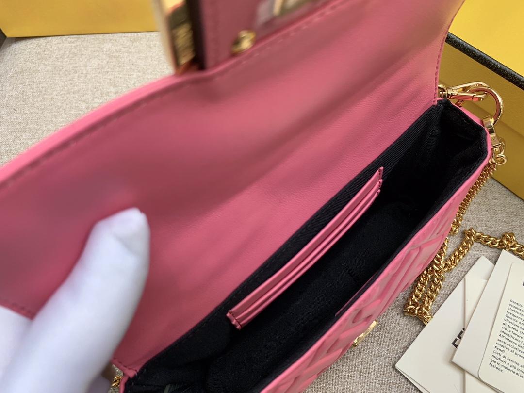 Fendi 芬迪 小号19cm Baguette 经典包款 FF凸纹 粉色