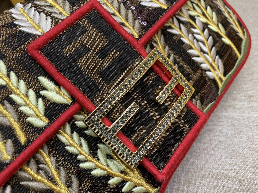 芬迪现货 Baguette 最经典的包款 翻盖设计 内衬配有拉链袋 饰有长钉缝线亮片刺绣和珐琅彩扣 内镶小水晶 26cm 8013
