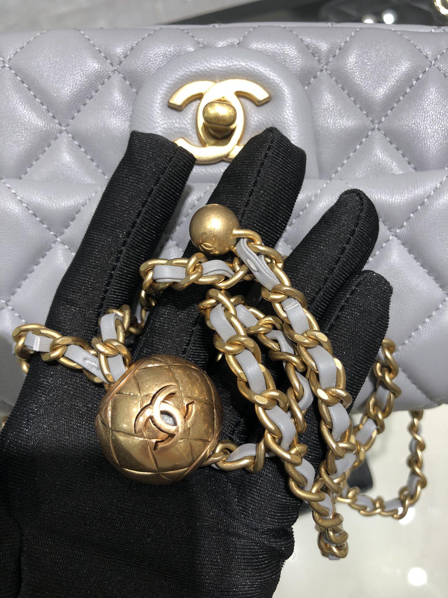 香奈儿官网 2020 超美金属球方胖子Chanel~尺寸13.20.7cm~保留经典~配上复古五金~超好看~灰色